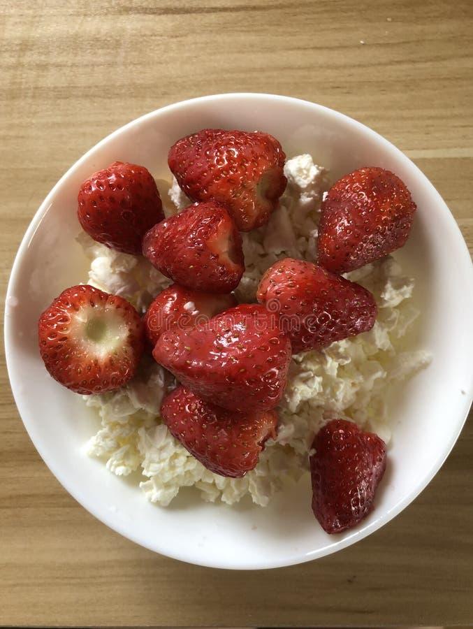Υγιές τυρί εξοχικών σπιτιών προγευμάτων με τις φράουλες στοκ εικόνα