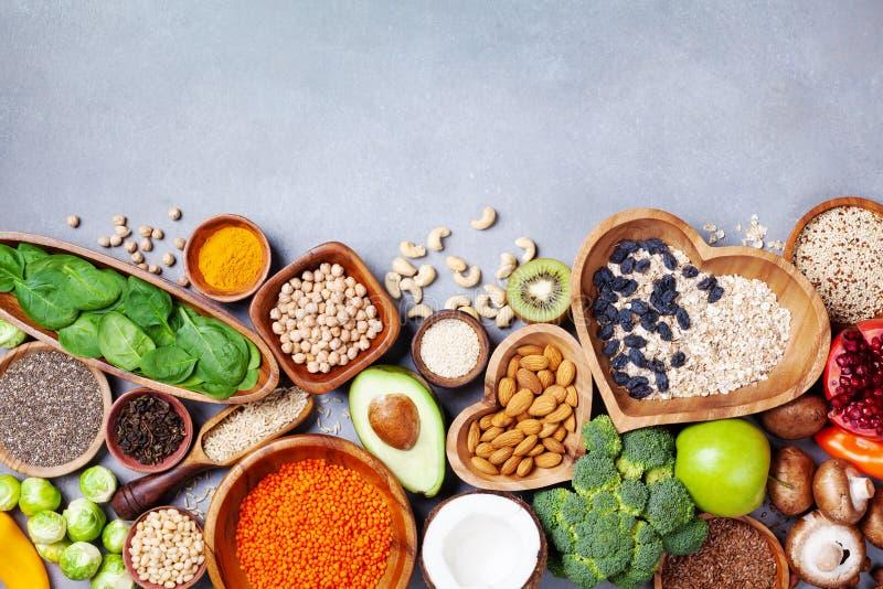 Υγιές υπόβαθρο τροφίμων από τα φρούτα, λαχανικά, δημητριακά, καρύδια και superfood Διαιτητικός και ισορροπημένος χορτοφάγος που τ στοκ φωτογραφίες