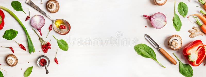 Υγιές υπόβαθρο τροφίμων με τα διάφορα συστατικά λαχανικών, κουτάλι με το πετρέλαιο και peeler στοκ εικόνες