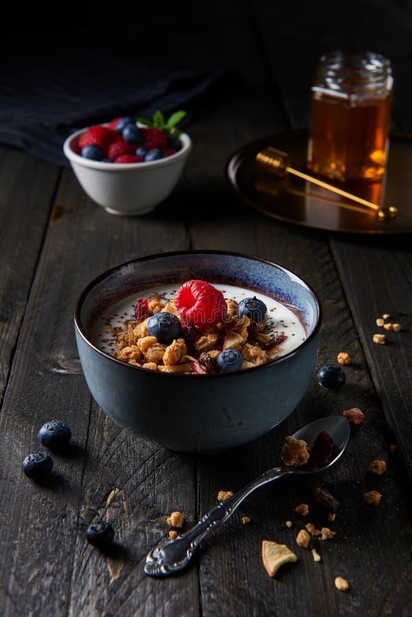Υγιές φρέσκο granola προγευμάτων, muesli με τα φρούτα yogurtand επάνω στοκ εικόνες