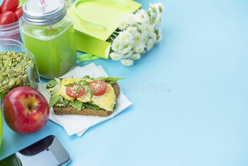 Υγιές χορτοφάγο ψωμί σιταριού σάντουιτς προγευμάτων με τα χορτάρια και tofu, detox καταφερτζής, Apple, σπόροι ηλίανθων, ντομάτες  στοκ φωτογραφίες