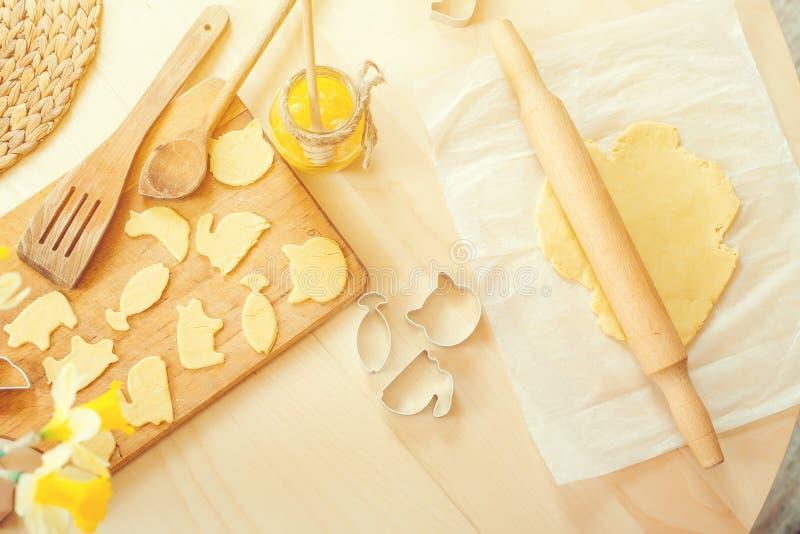 Υγιές ψήσιμο, που αποκόπτει τα μπισκότα από την ακατέργαστη ζύμη, σπιτικό υπόβαθρο μπισκότων στοκ εικόνες