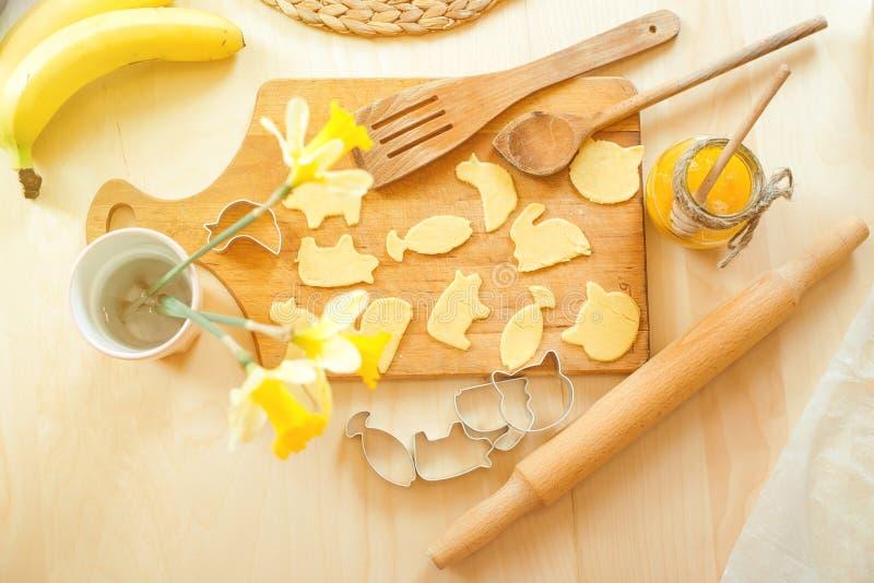 Υγιές ψήσιμο, που αποκόπτει τα μπισκότα από την ακατέργαστη ζύμη, σπιτικό υπόβαθρο μπισκότων στοκ φωτογραφία