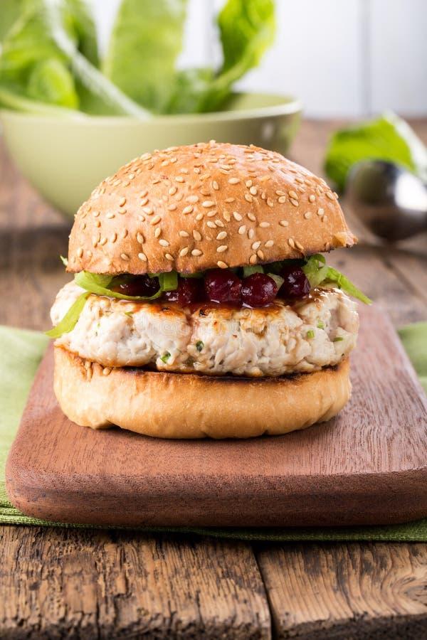 Υγιές burger της Τουρκίας σε ένα κουλούρι στοκ φωτογραφία