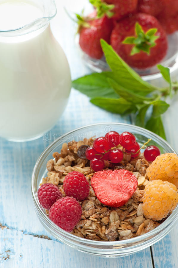 Υγιές muesli δημητριακών προγευμάτων με τα φρούτα και τις φράουλες μούρων, σμέουρα και κόκκινες σταφίδες με τα γαλακτοκομικά προϊ στοκ φωτογραφία με δικαίωμα ελεύθερης χρήσης