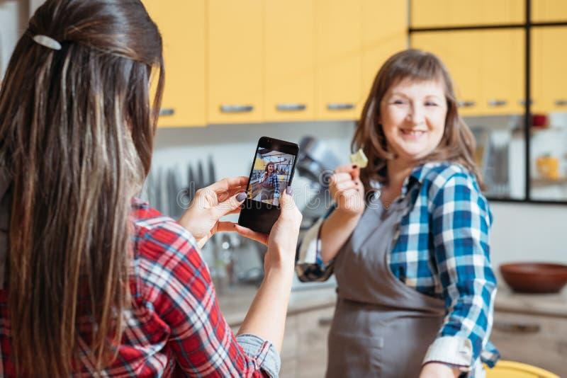 Υγιές smartphone κουζινών γυναικών συνήθειας κατανάλωσης blog στοκ φωτογραφία με δικαίωμα ελεύθερης χρήσης