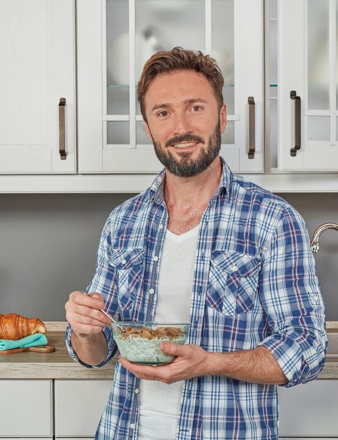 Υγιής άνδρας που τρώει τα δημητριακά στοκ φωτογραφία με δικαίωμα ελεύθερης χρήσης