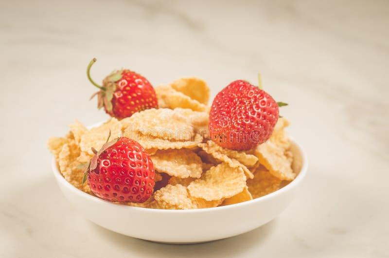υγιής έννοια με τη φράουλα και τις νιφάδες/υγιής έννοια: φράουλα και νι στοκ φωτογραφία με δικαίωμα ελεύθερης χρήσης