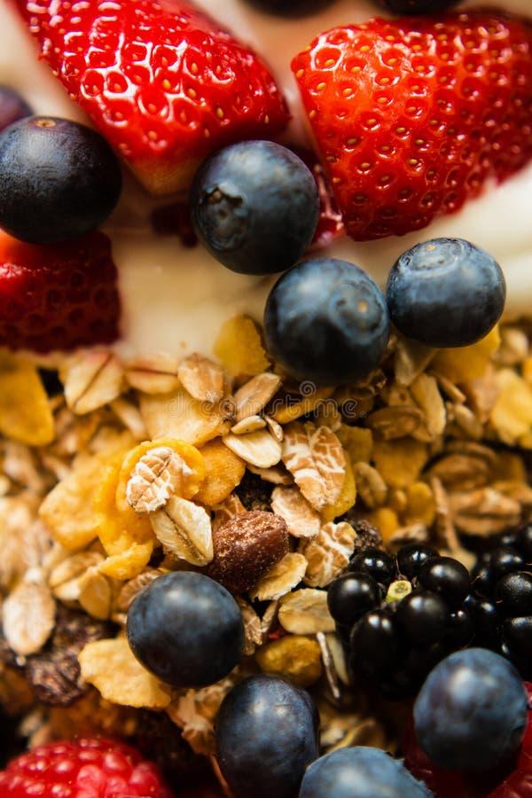 Υγιής έννοια προγευμάτων με τις νιφάδες και τα μούρα βρωμών στοκ εικόνες