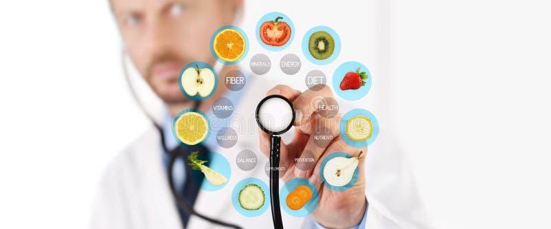 Υγιής έννοια τροφίμων, χέρι του γιατρού διατροφολόγων που δείχνει τα φρούτα στοκ φωτογραφία