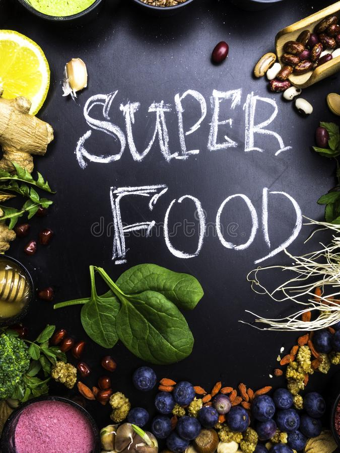 Υγιής έξοχη επιλογή τροφίμων στο ξύλινο υπόβαθρο Υψηλός στα αντιοξειδωτικοους, τις βιταμίνες, τα ανόργανα άλατα και τις ανθοκυάνε στοκ φωτογραφία