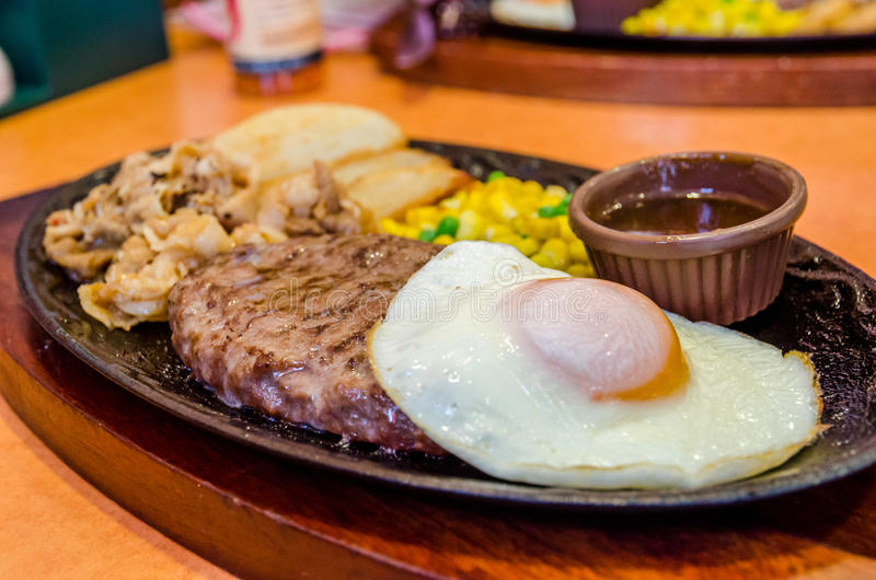 Υγιής αδύνατη ψημένη στη σχάρα μέσος-σπάνια μπριζόλα βόειου κρέατος στοκ εικόνα