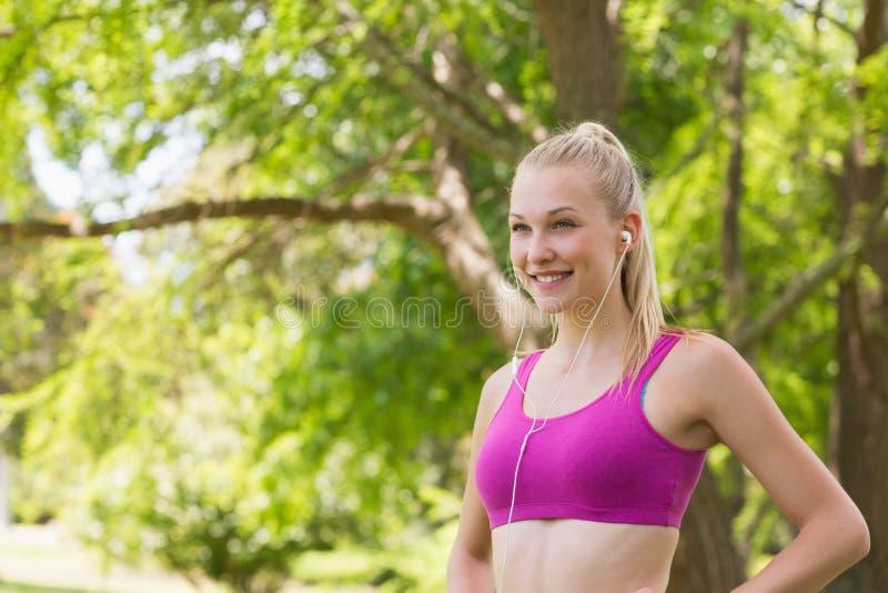 Υγιής γυναίκα αθλητικών στηθοδέσμων στο πάρκο στοκ φωτογραφίες με δικαίωμα ελεύθερης χρήσης