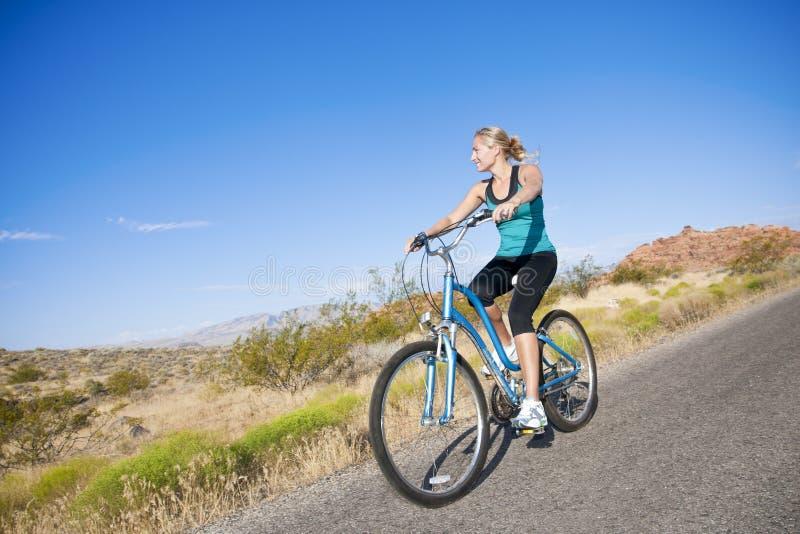 υγιής γυναίκα γύρου ποδ&et στοκ εικόνα με δικαίωμα ελεύθερης χρήσης