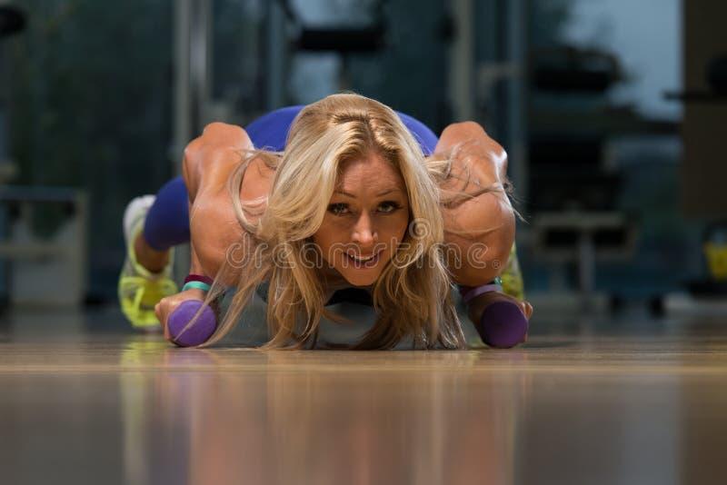 Υγιής γυναίκα Μεσαίωνα που κάνει την ώθηση επάνω στην άσκηση στοκ εικόνες