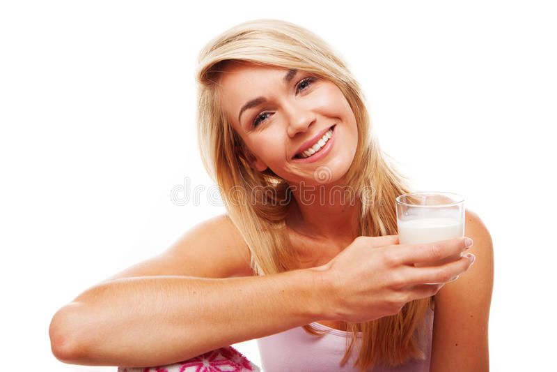 Υγιής γυναίκα με το ποτήρι του γάλακτος στοκ φωτογραφίες με δικαίωμα ελεύθερης χρήσης