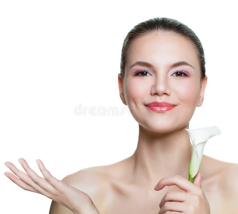 Υγιής γυναίκα με το σαφές δέρμα και λουλούδι που παρουσιάζει κενό διάστημα αντιγράφων σε ετοιμότητα ανοικτό που απομονώνεται στο  στοκ φωτογραφίες