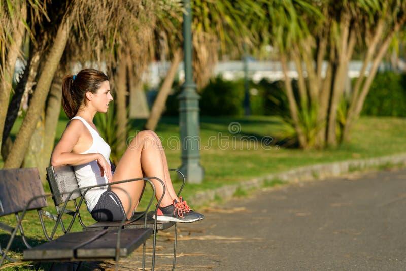 Υγιής γυναίκα που στηρίζεται μετά από να τρέξει και να ασκήσει στοκ εικόνα με δικαίωμα ελεύθερης χρήσης