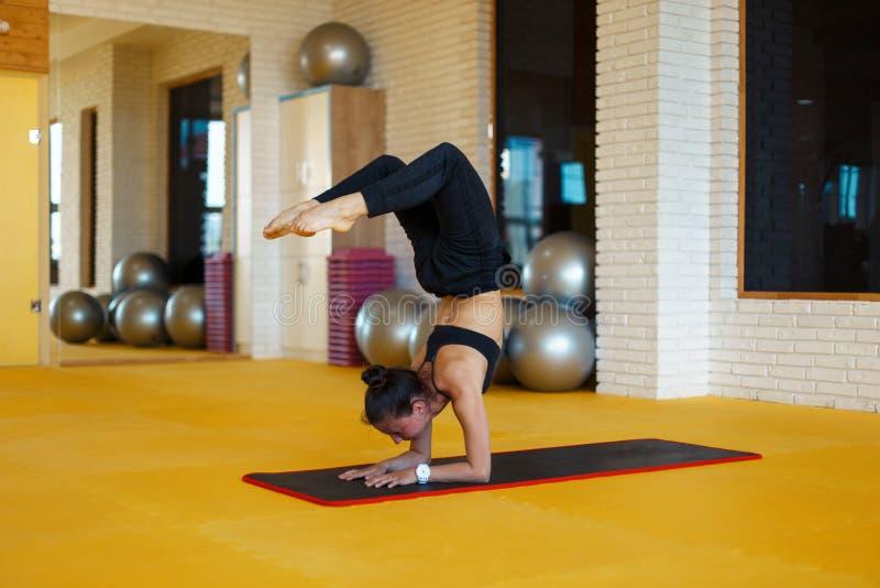 Υγιής γυναίκα τη γιόγκα και τις ασκήσεις που τεντώνονται που κάνει στοκ φωτογραφία με δικαίωμα ελεύθερης χρήσης