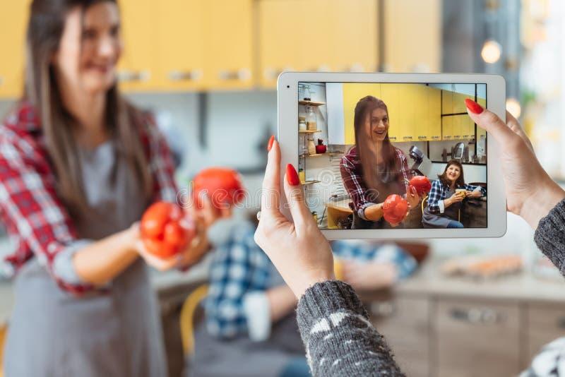 Υγιής διατροφή σειράς μαθημάτων διασκέδασης εύκολη μαγειρική τηλεοπτική στοκ εικόνες