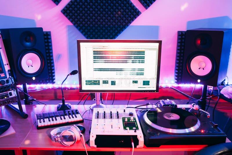 Υγιής εξοπλισμός στο επαγγελματικό ακουστικό στούντιο καταγραφής στοκ εικόνες με δικαίωμα ελεύθερης χρήσης