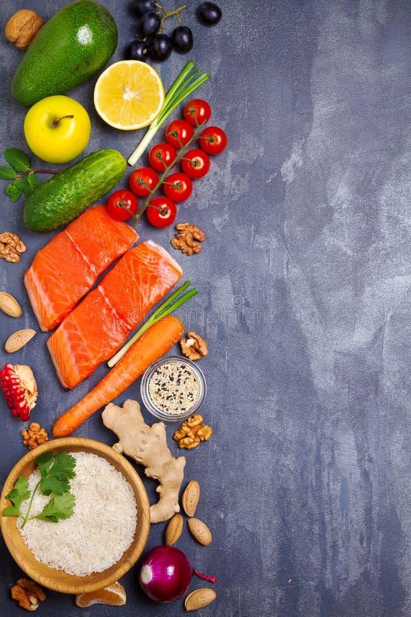 Υγιής επιλογή κατανάλωσης τροφίμων καθαρή: ψάρια σολομών, φρούτα, λαχανικά, δημητριακά στοκ εικόνα