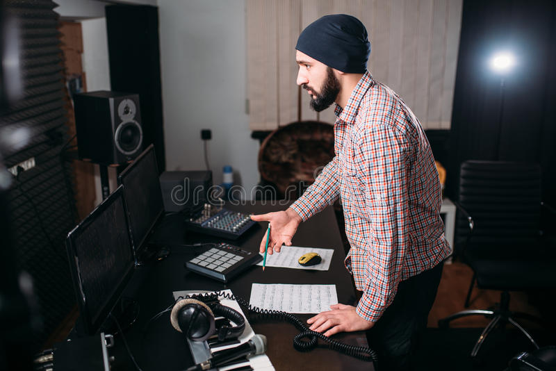 Υγιής εργασία μηχανικών με το αρχείο στο στούντιο μουσικής στοκ εικόνες