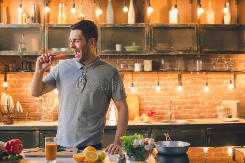Υγιής διασκέδαση προετοιμασιών γεύματος τροφίμων Vegan νεαρών άνδρων στοκ φωτογραφίες