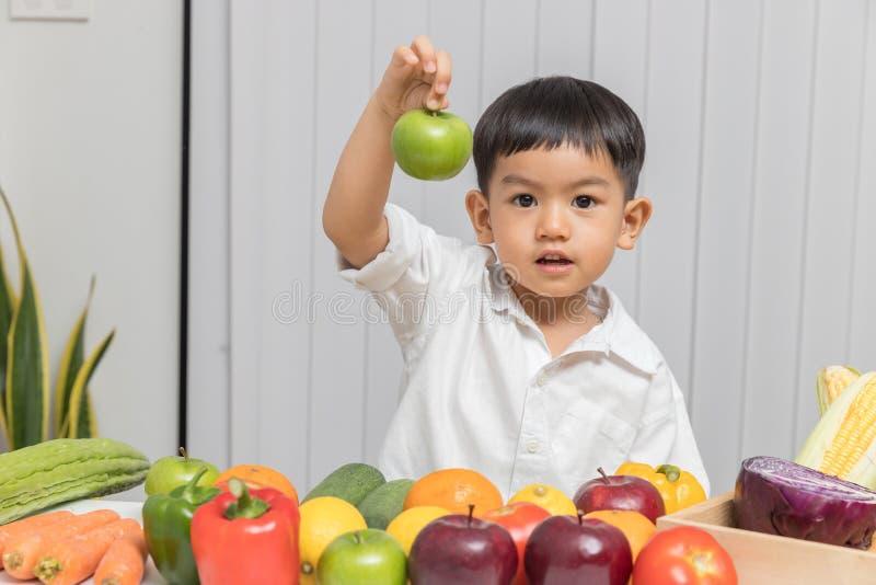 Υγιής και έννοια διατροφής Παιδί που μαθαίνει για τη διατροφή με το γιατρό για να επιλέξει την κατανάλωση των φρέσκων φρούτων και στοκ εικόνες
