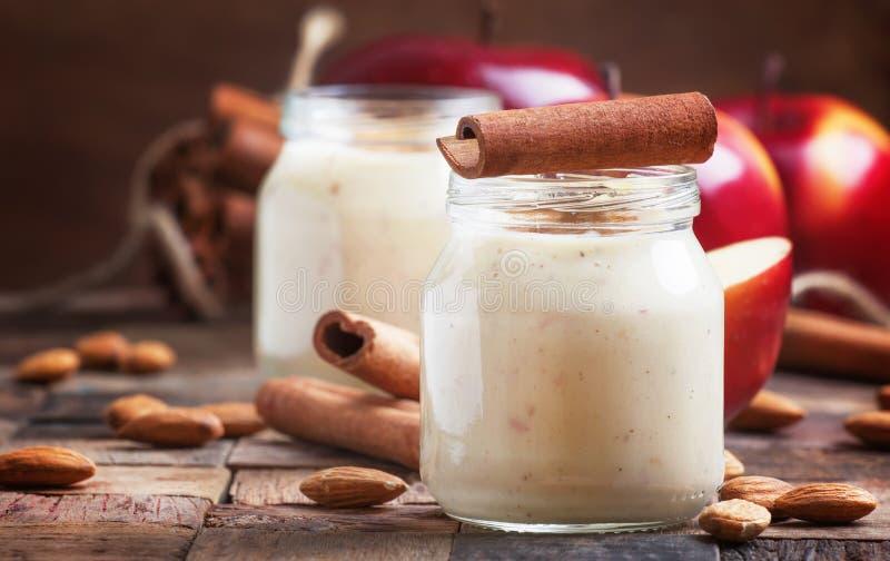 Υγιής κατανάλωση για την απώλεια βάρους: καταφερτζής από τα κόκκινες μήλα, την μπανάνα, τα αμύγδαλα και την κανέλα, εκλεκτική εστ στοκ φωτογραφία