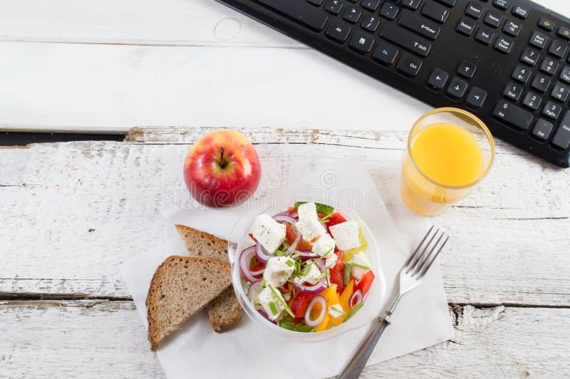 Υγιής κατανάλωση για το μεσημεριανό γεύμα για να εργαστεί Τρόφιμα στο γραφείο στοκ εικόνες