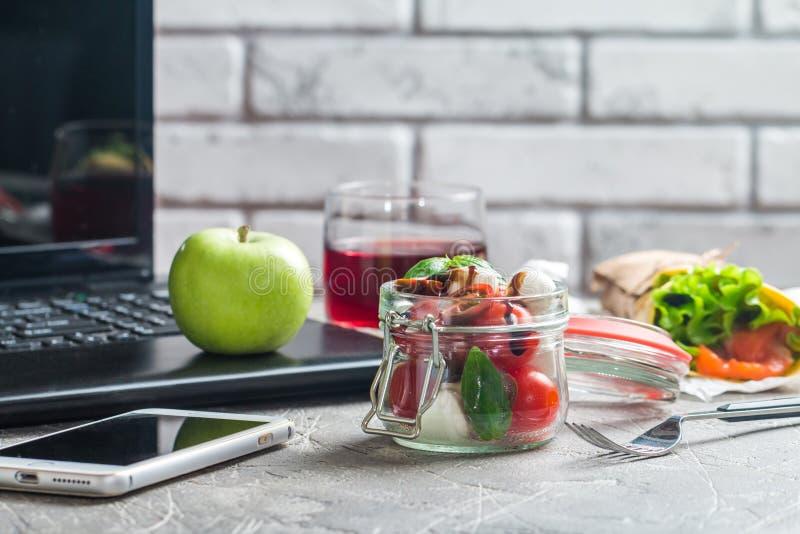 Υγιής κατανάλωση για το μεσημεριανό γεύμα στην εργασία στοκ εικόνες