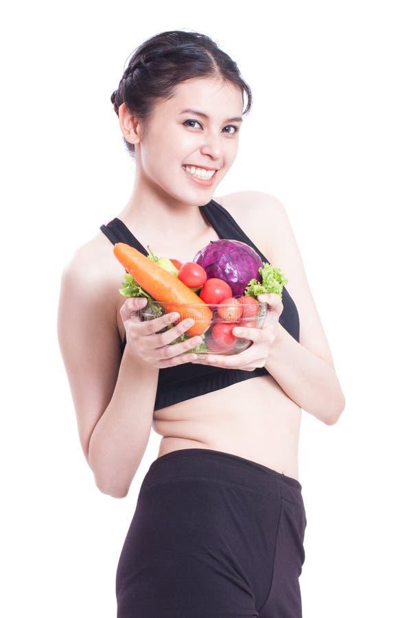 Υγιής κατανάλωση, ευτυχής νέα γυναίκα με τα λαχανικά στοκ φωτογραφία