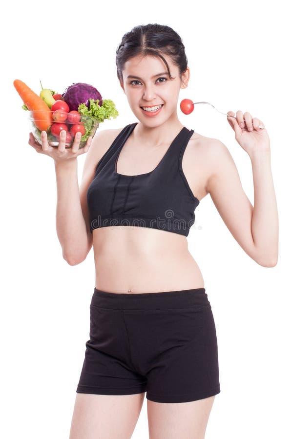Υγιής κατανάλωση, ευτυχής νέα γυναίκα με τα λαχανικά στοκ εικόνα
