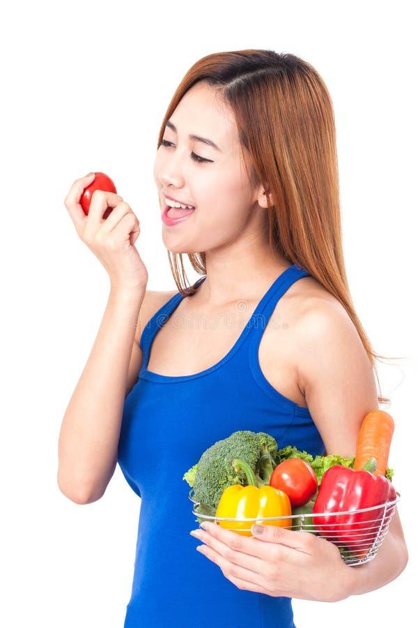 Υγιής κατανάλωση, ευτυχής νέα γυναίκα με τα λαχανικά στοκ εικόνες με δικαίωμα ελεύθερης χρήσης