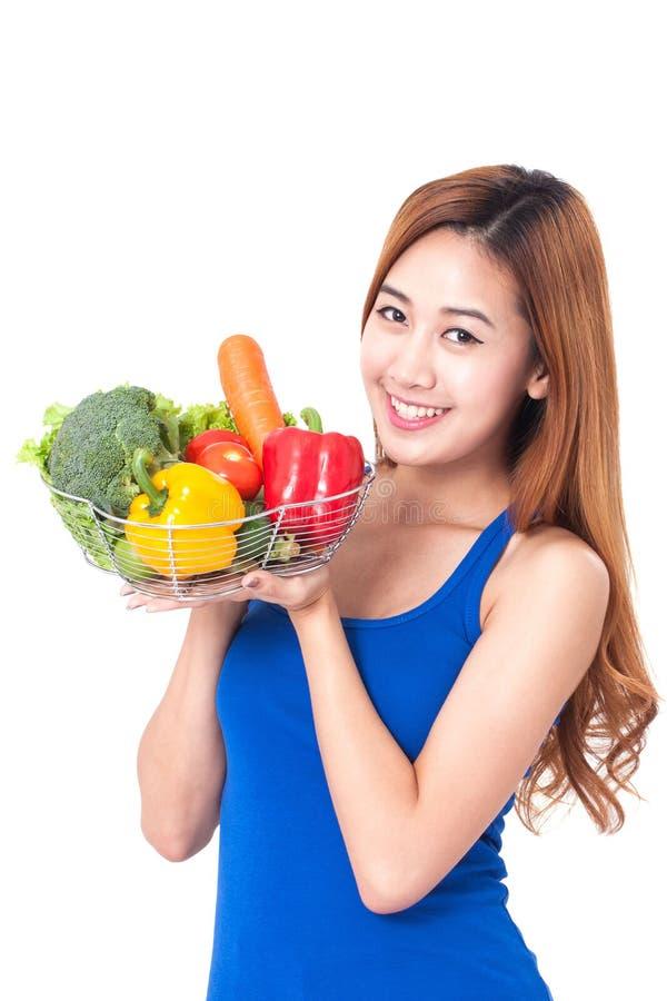 Υγιής κατανάλωση, ευτυχής νέα γυναίκα με τα λαχανικά στοκ φωτογραφία με δικαίωμα ελεύθερης χρήσης