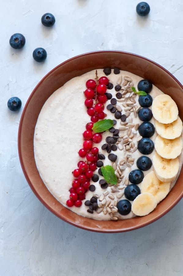 Υγιής καταφερτζής βρωμών με τις μπανάνες και το τυρί εξοχικών σπιτιών διακοσμημένο W στοκ φωτογραφίες