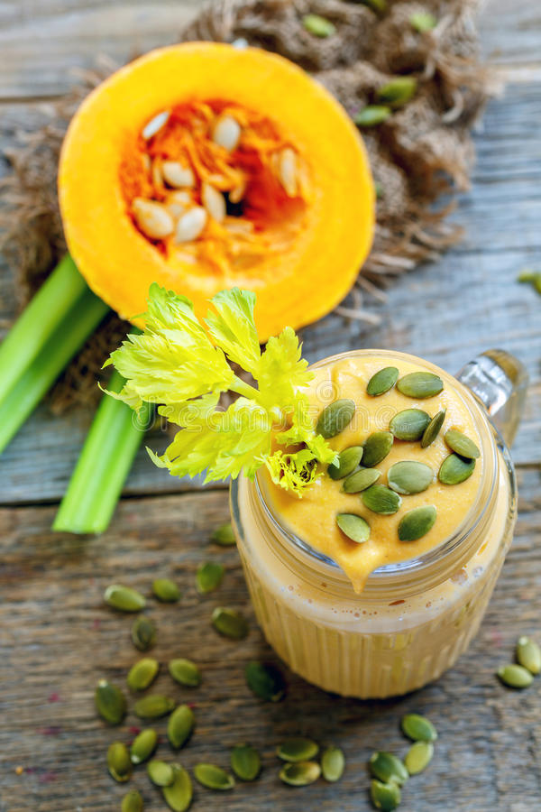 Υγιής καταφερτζής κολοκύθας με το σέλινο και τις μπανάνες στοκ φωτογραφία με δικαίωμα ελεύθερης χρήσης