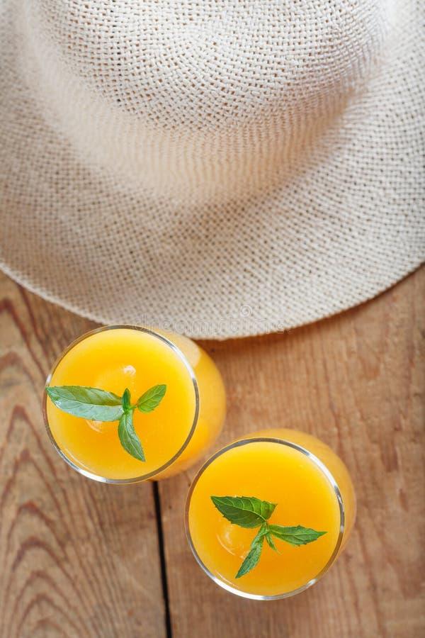 Υγιής καταφερτζής φρούτων κολοκύθας με το καπέλο αχύρου στο εκλεκτής ποιότητας ξύλινο υπόβαθρο στοκ φωτογραφίες με δικαίωμα ελεύθερης χρήσης