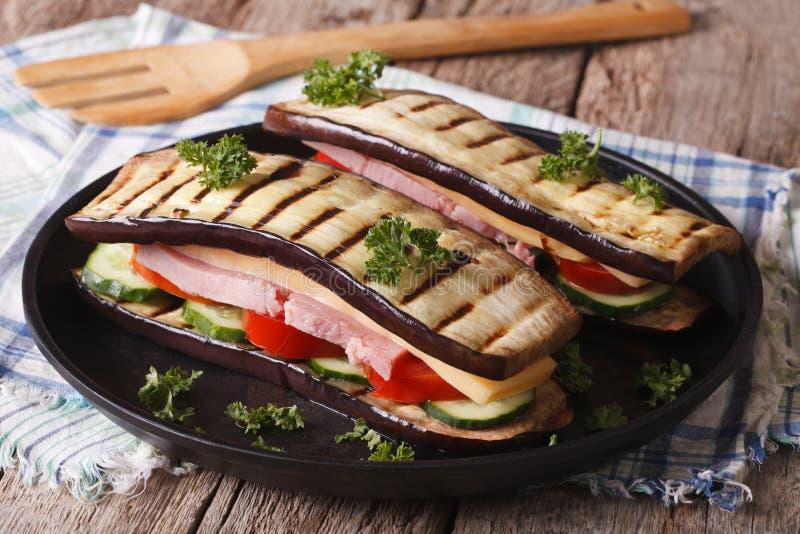 Υγιής κινηματογράφηση σε πρώτο πλάνο σάντουιτς μελιτζάνας σε ένα πιάτο οριζόντιος στοκ εικόνες