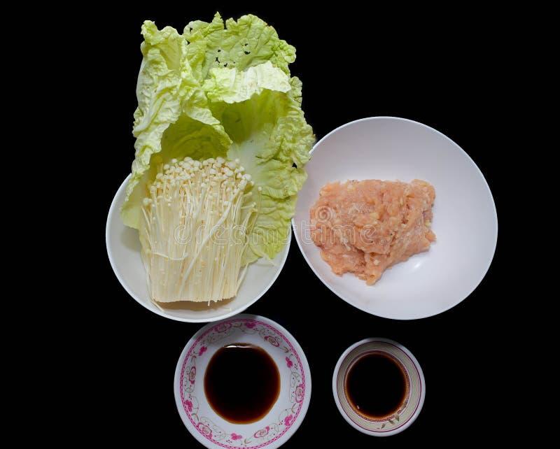 Υγιής κομματιασμένος τρόφιμα ρόλος κοτόπουλου στο βρασμένο στον ατμό λάχανο στοκ φωτογραφία