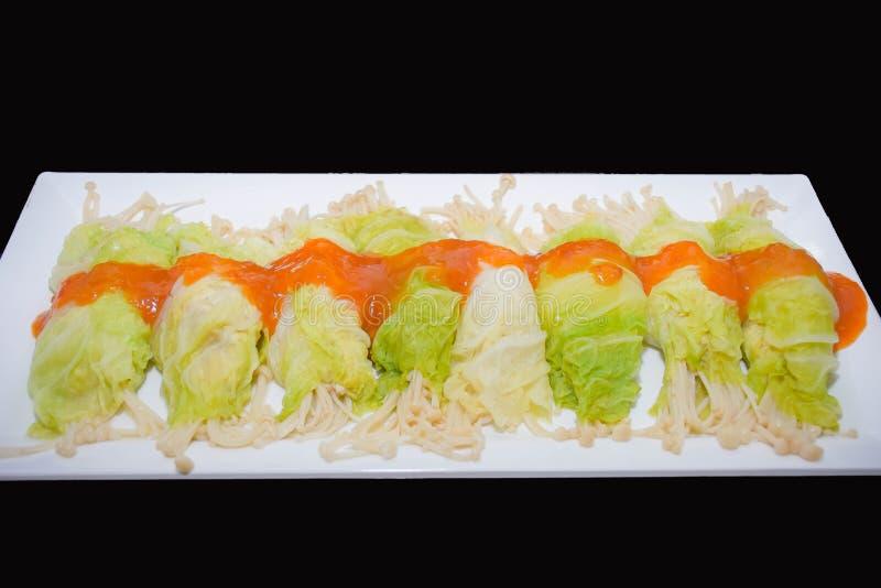 Υγιής κομματιασμένος τρόφιμα ρόλος κοτόπουλου στο βρασμένο στον ατμό λάχανο στοκ φωτογραφίες με δικαίωμα ελεύθερης χρήσης