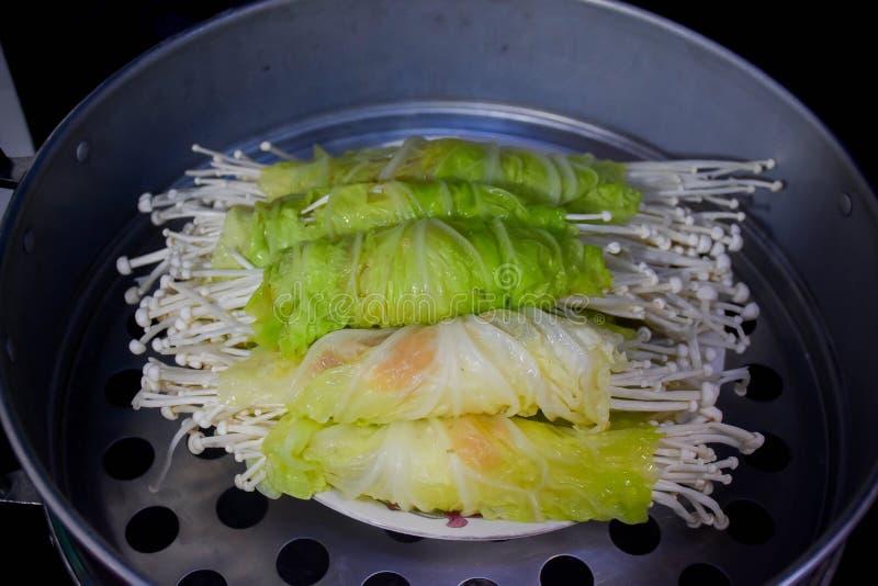 Υγιής κομματιασμένος τρόφιμα ρόλος κοτόπουλου στο βρασμένο στον ατμό λάχανο στοκ εικόνες