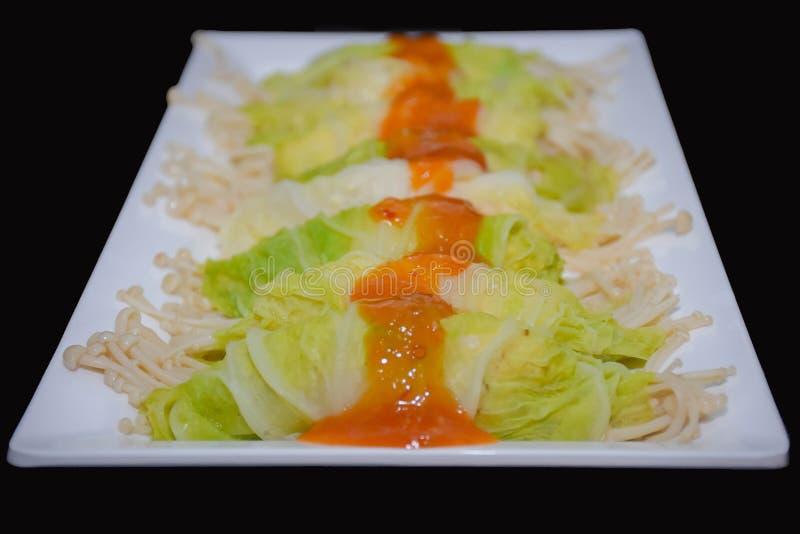 Υγιής κομματιασμένος τρόφιμα ρόλος κοτόπουλου στο βρασμένο στον ατμό λάχανο στοκ φωτογραφία με δικαίωμα ελεύθερης χρήσης