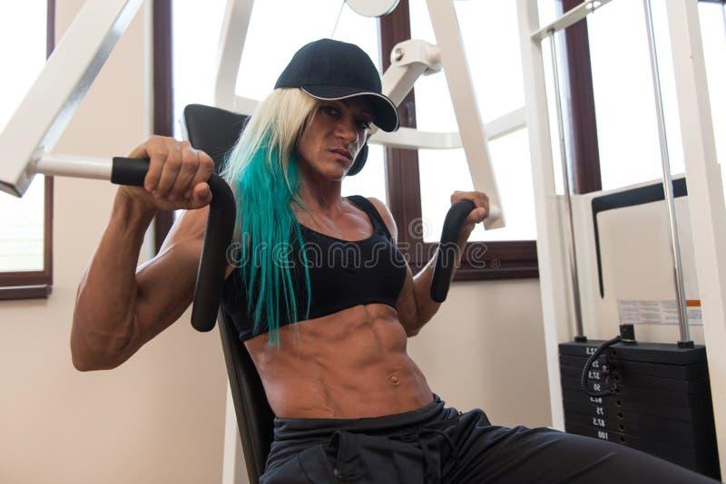 Υγιής μέση ηλικίας γυναίκα που κάνει την άσκηση για το στήθος στοκ εικόνα