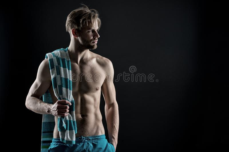Υγιής μυϊκός νεαρός άνδρας μετά από το workout στο σκοτεινό υπόβαθρο, τρύγος στοκ φωτογραφία με δικαίωμα ελεύθερης χρήσης
