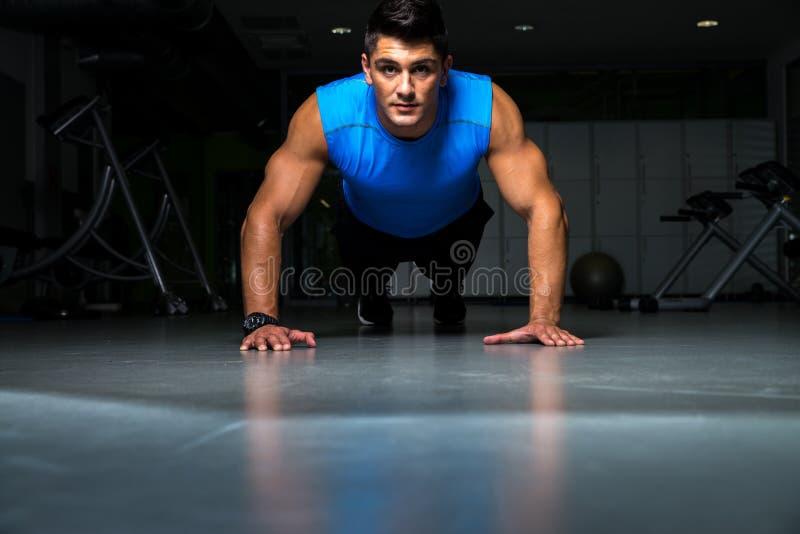 Υγιής νέος τύπος που κάνει την ώθηση επάνω στην άσκηση στοκ φωτογραφία με δικαίωμα ελεύθερης χρήσης