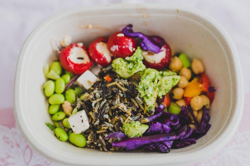 Υγιής πάρτε μαζί τα τρόφιμα στο καλαθάκι με φαγητό στοκ εικόνα με δικαίωμα ελεύθερης χρήσης