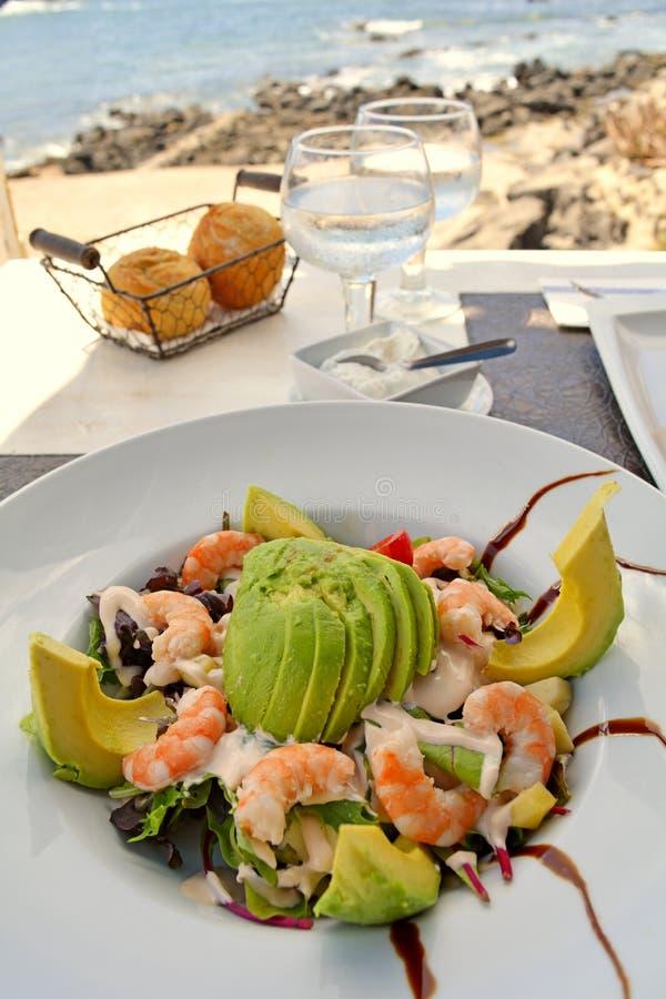 Υγιής πράσινη μικτή σαλάτα με τις μαγειρευμένες γαρίδες στοκ εικόνα με δικαίωμα ελεύθερης χρήσης