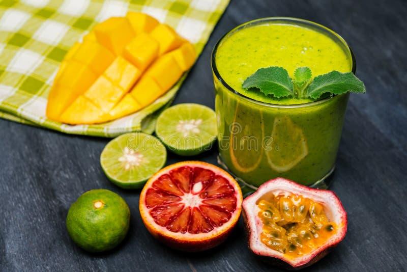 Υγιής πράσινος καταφερτζής από το σπανάκι, το ακτινίδιο, τον ανανά και τα πορτοκάλια στοκ φωτογραφία με δικαίωμα ελεύθερης χρήσης